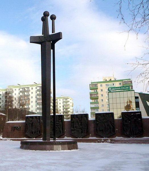 Памятник с крестом на просвет Среднеколымск Мраморные розы Автозаводская (Замоскворецкая линия)